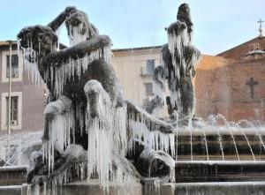 Piazza Della Repubblica a Roma con la Fontana Dell'Esedra ghiacciata stamattina, 17 dicembre 2010, alle ore 8. ANSA/ MARIO DE RENZIS