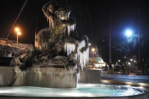 La fontana di Piazza della Repubblica a Roma coperta da ghiaccio dovuto alle basse temperature, oggi 17 dicembre 2010. ANSA/ CLAUDIO PERI
